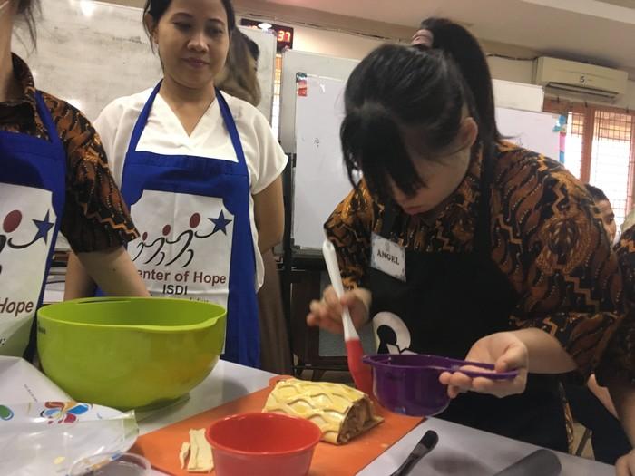 Para penyandang down syndrome berusia rentang 17 hingga 39 tahun ini memasak pastry mulai dari 0. (Foto: Frieda Isyana Putri/detikHealth)