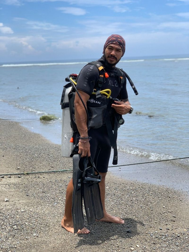Jeremiah Aquaman bersiap diving (My Trip My Adventure)