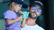 Agar Bisa Naik Roller Coaster, Chris Hemsworth Ganjal Sepatu Anaknya Pakai Cokelat