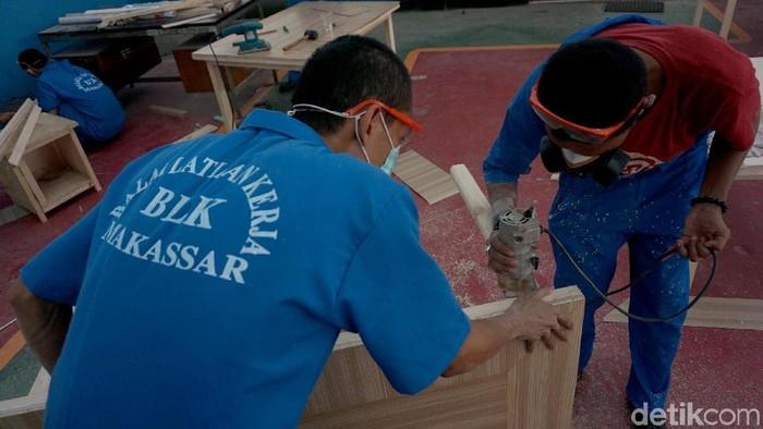 Siswa dari kejuruan seperti pariwisata, kelistrikan, permesinan, permebelan, informasi teknologi mengerjakan berbagai praktek lapangan di Balai Pelatihan Kerja (BLK), Makassar, Sulawesi Selatan, Rabu (10/4). Sebanyak 80% lulusan Balai Latihan Kerja (BLK) Makassar, Sulawesi Selatan (Sulsel) terserap di lapangan kerja, dan sebagiannya bekerja di luar negeri seperti Jepang, Brumenai, dan Malaysia.