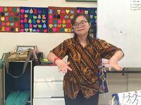 Alice memamerkan kebolehannya menari pendet.