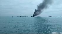 Kapal Isap Timah Terbakar di Perairan Sungailiat Bangka