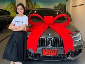 Salut! Sukses Jadi Makeup Artist, Gadis 12 Tahun Bisa Beli Mobil Mewah