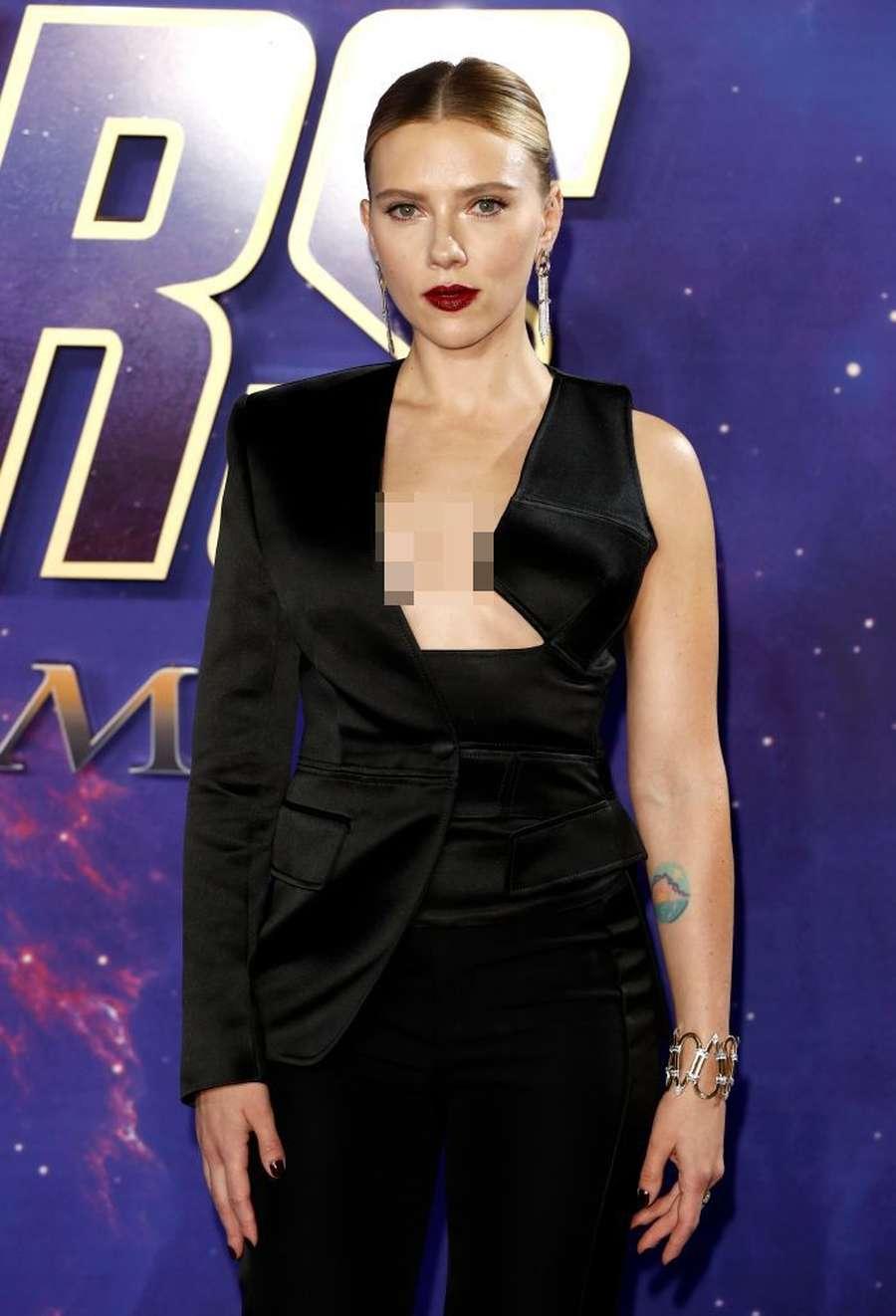 Penampilan Seksi Scarlett Johansson dengan Tuxedo