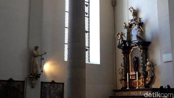 Gereja ini dibangun untuk Franziskaner Monestary. Tampak berbagai ornamen dan patung indah menghiasi sudut gereja. (Wahyu Setyo/detikcom)