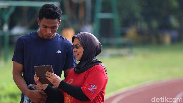 Lalu Muhammad Zohri bersama pelatihnya di pelatnas atletik, Eni Nuraini.