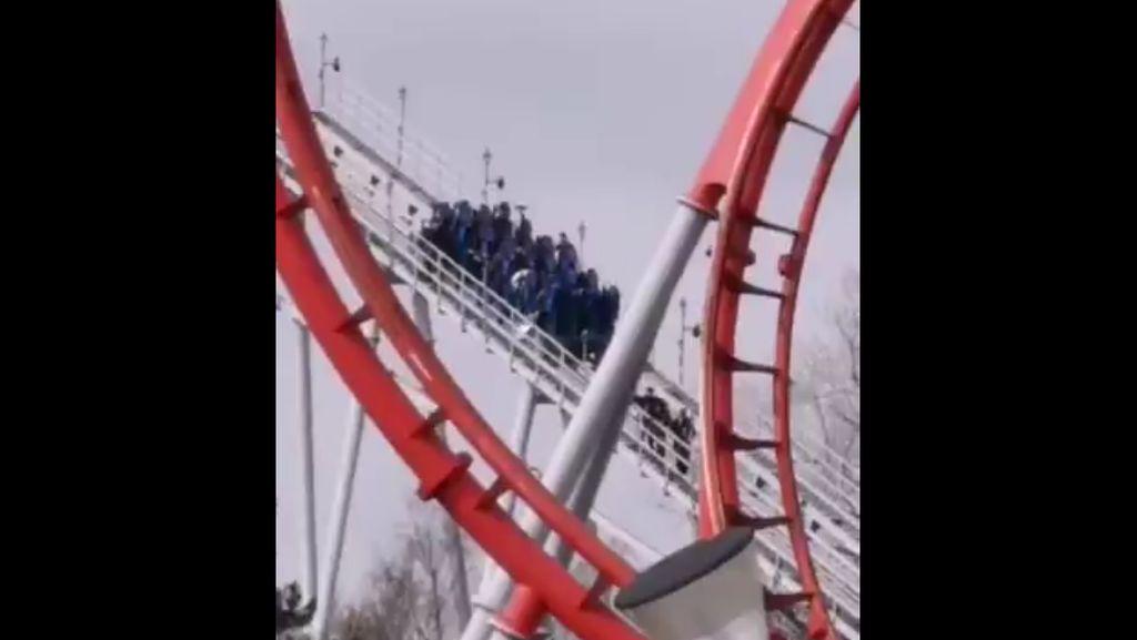 Penampakan Roller Coaster Macet, Penumpangnya Turun Jalan Kaki