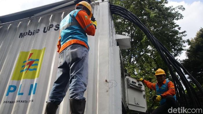 PLN melakukan pengecekan pasokan listrik di kantor KPU Pusat, Jakarta, Jumat (12/4/2019). Pengecekan itu untuk menjamin pasokan listrik saat Pilpres aman.
