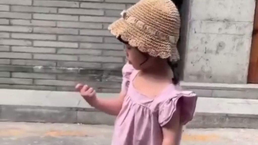 Viral, Video Model Cilik Ditendang Ibunya karena Mogok Pemotretan