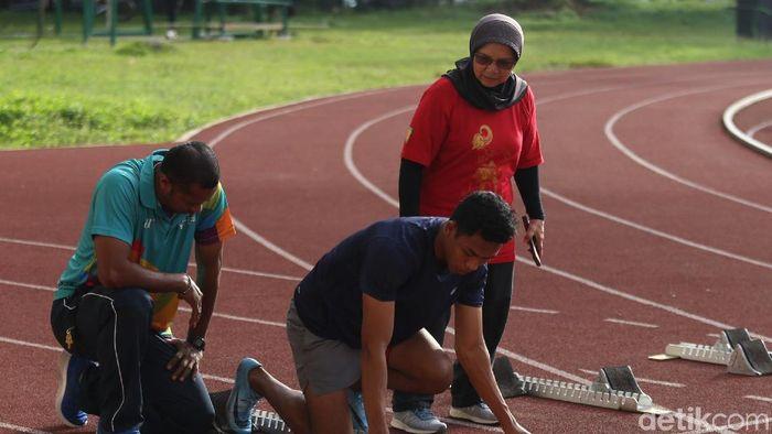 Lalu Zohri saat dilatih oleh ibu Eni Nuraini di stadion Madya Senayan (Agung Pambudhy/detikSport)