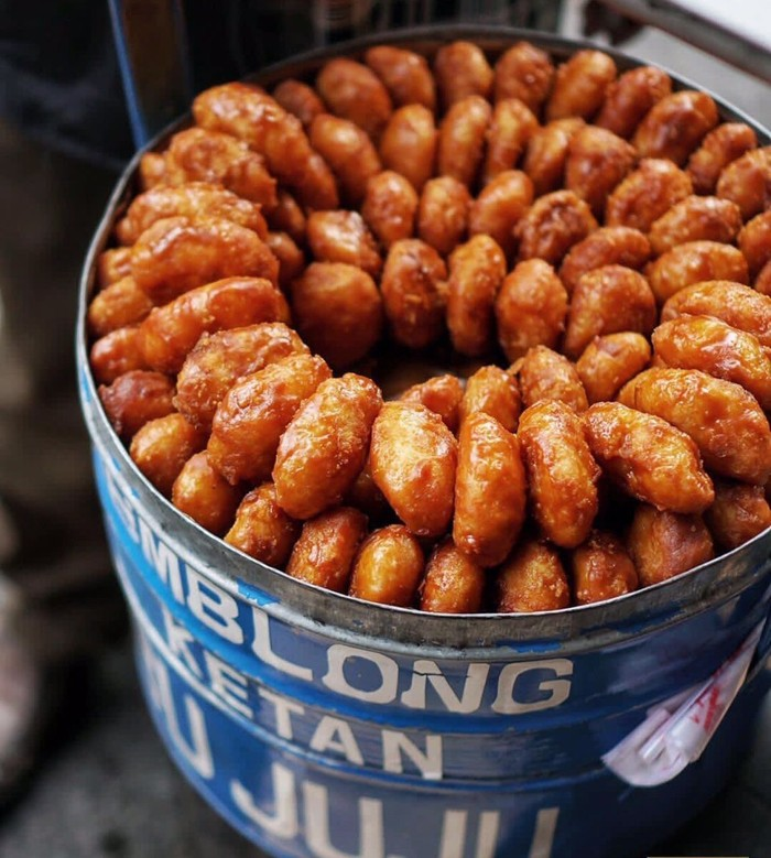 Gemblong banyak dijual di jalanan sekitar Bogor atau di pasar tradisional. Dibuat dari kelapa, ketan dan dilapisi gula merah. Foto : Instagram @jnyfoodjournal
