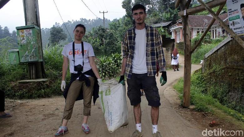 Patut Ditiru, 2 Bule Ini Bersihkan Sampah di Lembang