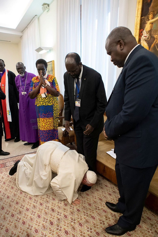 Cium Kaki Presiden, Paus Fransiskus Desak Sudan Selatan Jaga Perdamaian