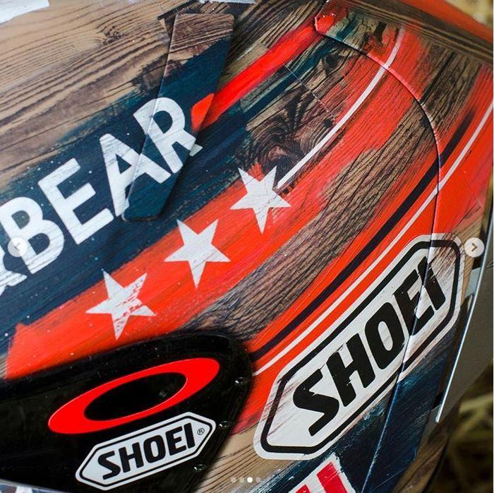 Sponspo helm Marquez, Shoei membuat helm khusus. Helm itu bertemakan rodeo, sebuah perlombaan ketangkasan yang identik dengan Texas, negara bagian tempat digelarnya MotoGP Amerika Serikat. Foto: Instagram