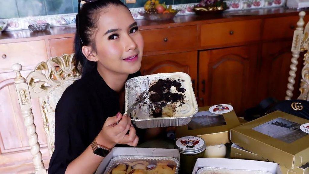 Berteman Baik dengan Kriss Hatta, Ini Pose Manis Soraya Rasyid Saat Makan