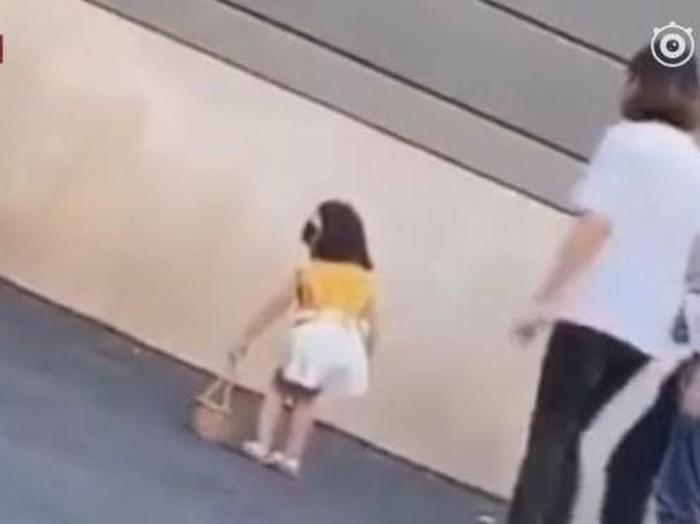 Viral video model cilik ditendang ibunya karena menolak pemotretan. Foto: Dok. Weibo