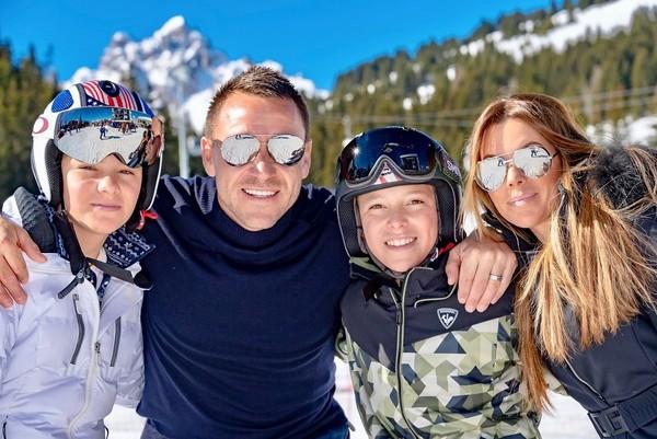 Rupanya John Terry tak berdua saja, tetapi juga mengajak serta 2 anaknya Georgie dan Summer. Terry sekeluarga ingin main ski bareng. (Instagram/@johnterry.26)