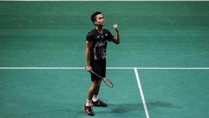 Anthony Ginting mengalahkan Chen Long untuk maju ke semifinal Singapura Terbuka. (Foto: Roslan Rahman / AFP)