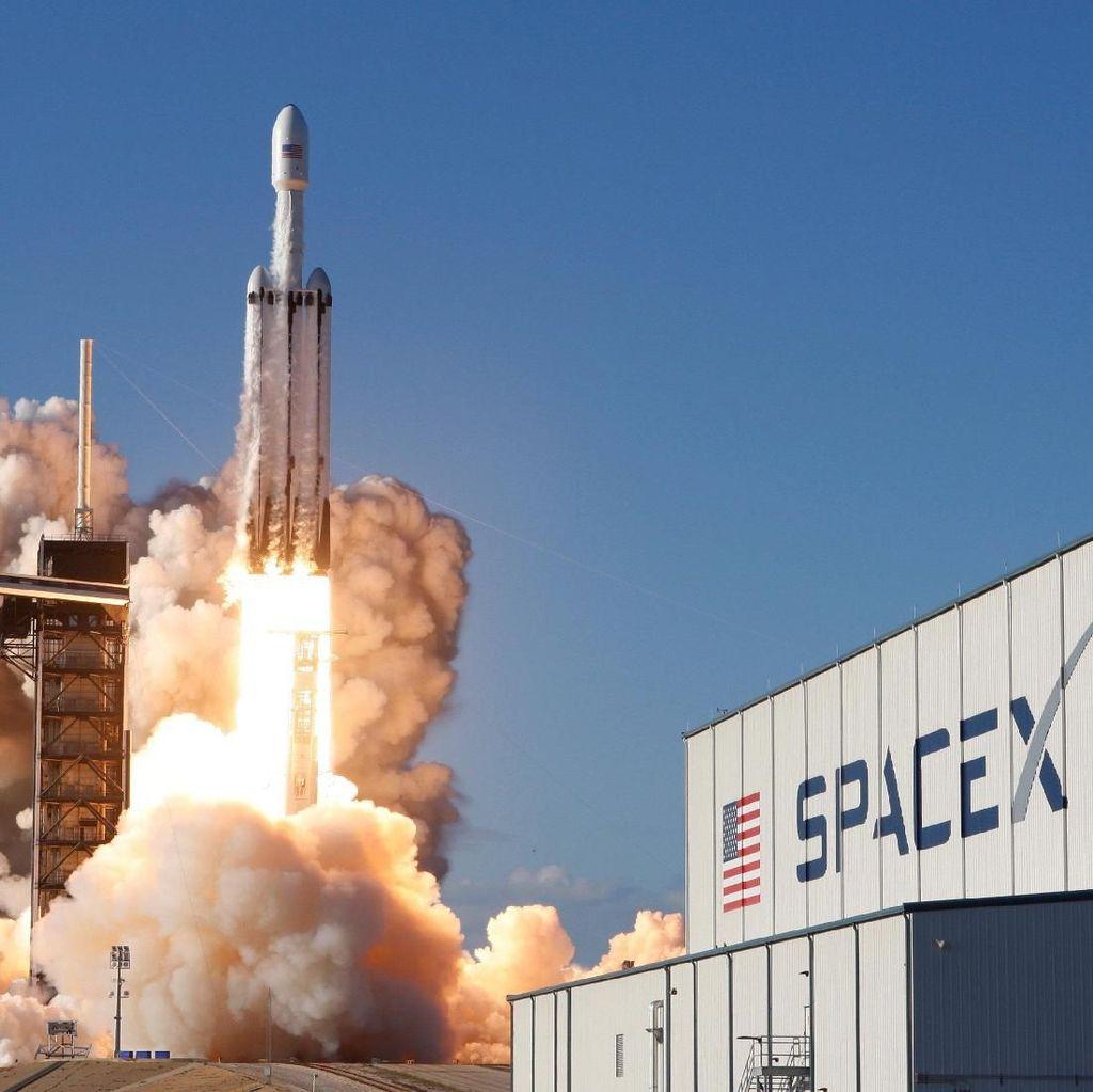 SpaceX Sukses Daratkan Tiga Booster Roket Terkuat Sejagat