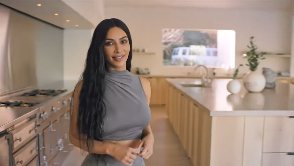 Jarang Terjadi, Kim Kardashian Potong Rambut di Parkiran Pakai Gunting Dapur