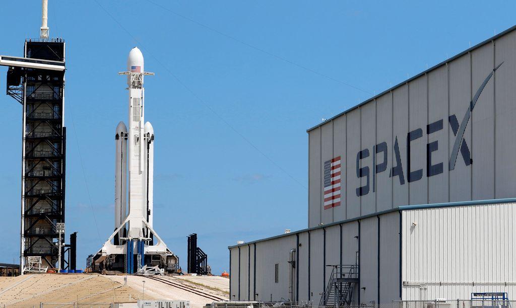 Penampakan roket Falcon Heavy sebelum diterbangkan. Foto: Reuters