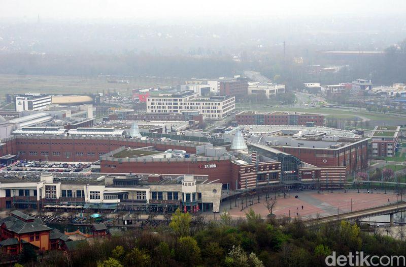 Inilah penampakan mal CentrO Oberhausen dilihat dari ketinggaian. Mal ini termasuk yang terbesar di Jerman, dan salah satu yang terbesar di Eropa. (Wahyu Setyo/detikcom)