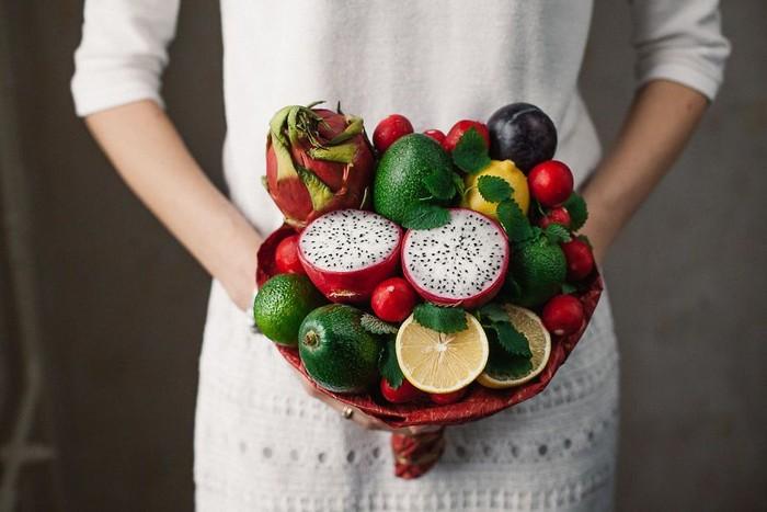 Penuh warna cerah, buket ini terdiri dari buah naga, alpukat, hingga lemon berwarna kuning.Foto: Facebook Valgomapuokste
