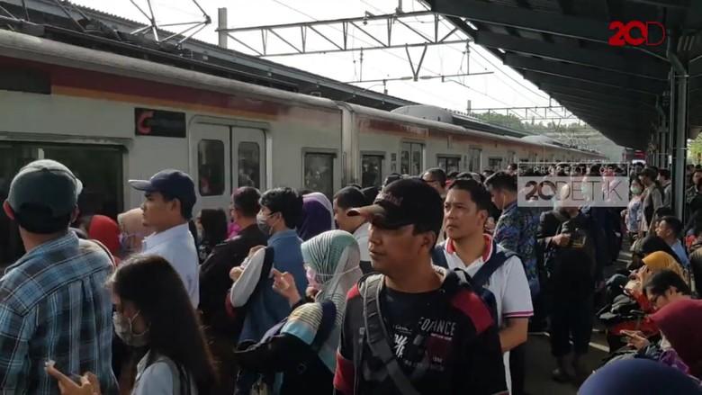 Kereta Api Jarak Jauh Ganti Jalur, Penumpang KRL Menumpuk di Bekasi