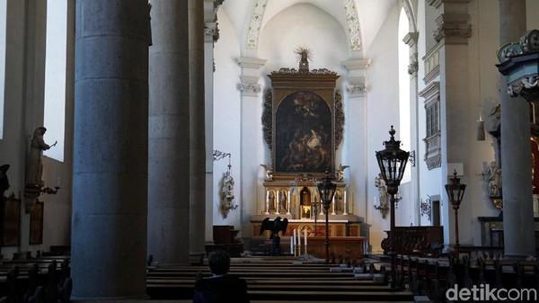 Inilah penampakan Katedral St Maximilian di Kota Dusseldorf, Jerman. Katedral ini jadi salah satu magnet yang bisa dikunjungi traveler di kawasan Altstadt (Kota Tua) Dusseldorf. (Wahyu Setyo/detikcom)