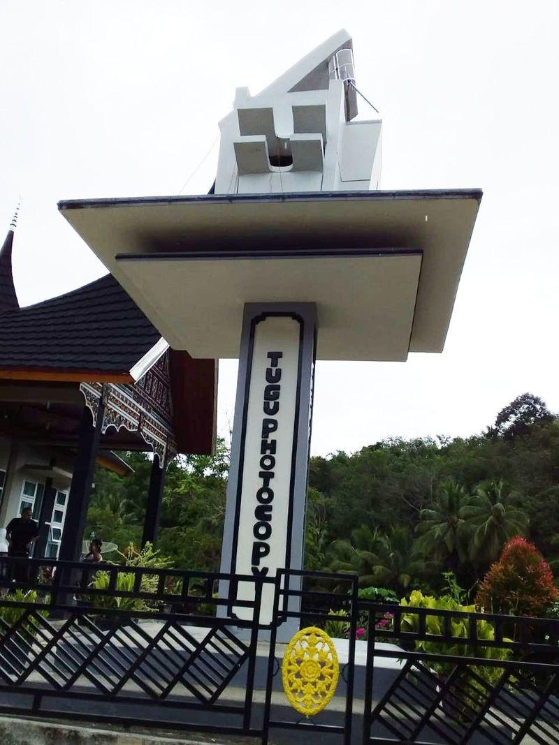 Sesuai dengan bentuknya, nama tugu ini adalah Tugu Photocopy yang berada di sebuah desa di Sumatera Barat. (Aswir/dok Istimewa)