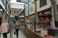 Di mal ini traveler bisa menemukan lebih dari 200 toko dengan berbagai merk. Beragam produk dari fashion sampai teknologi bisa traveler temukan di pusat perbelanjaan ini.(Wahyu Setyo/detikcom)