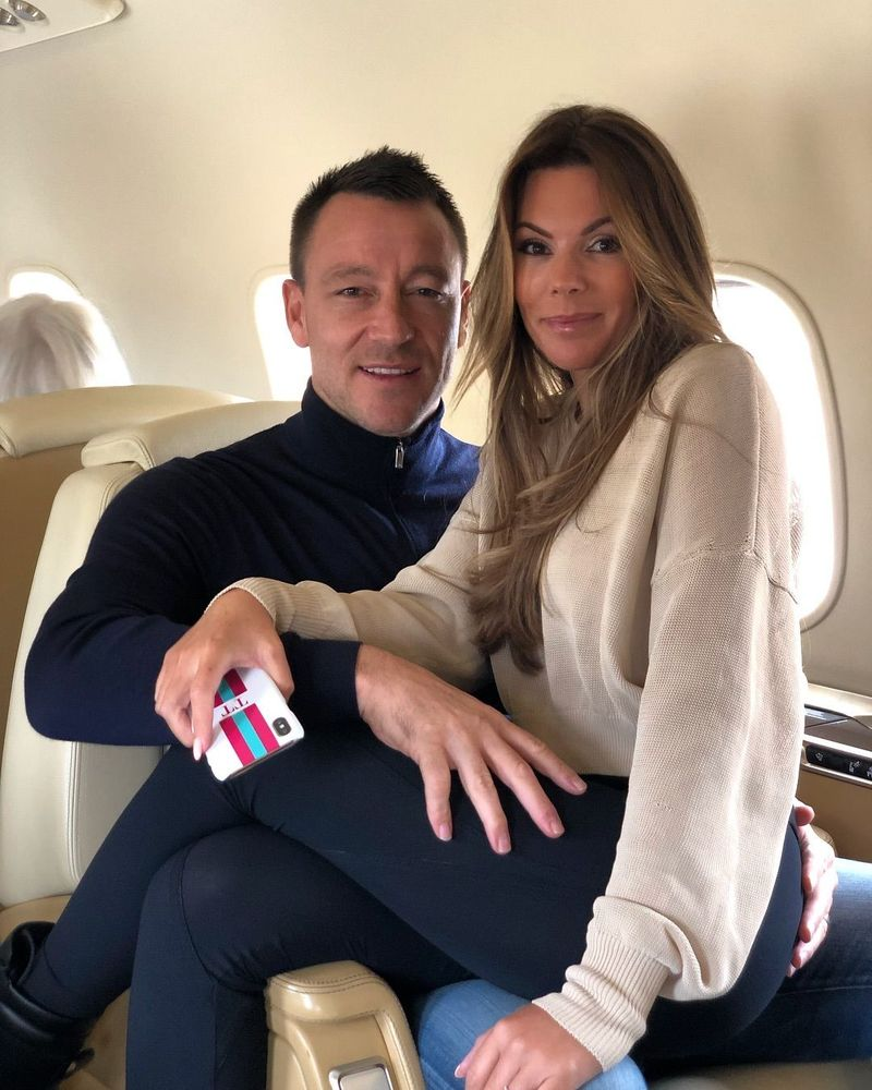 Tampak John Terry tersenyum saat memangku istrinya yang cantik, Tony Terry. Ternyata mereka mau liburan main ski ke Courchevel di Rhone-Alpes Prancis. (Instagram/@johnterry.26)