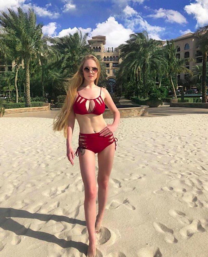 Jika dilihat, perempuan cantik ini dalam kesehariannya sangat stylist. Dia juga sering mengenakan dress dan bikini saat liburan. (o_neveselaya/Instagram)