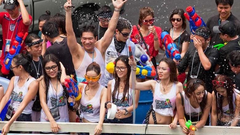 Ilustrasi Festival Songkran (Jack Kurtz/Getty Images)