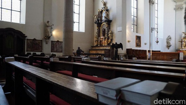 Di setiap bangku gereja, disediakan alkitab. Gereja-gereja tua dan antik seperti ini banyak jumlahnya dan bisa dikunjungi oleh traveler kalau liburan ke Jerman. (Wahyu Setyo/detikcom)