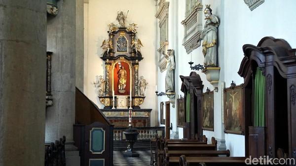 Patung-patung santo dan lukisan-lukisan juga tampak menghiasi gereja ini. Ornamen yang ada semakin menambah keindahan gereja. (Wahyu Setyo/detikcom)
