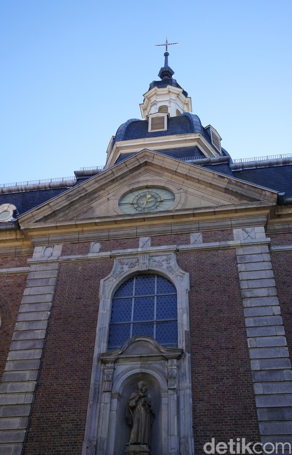 Katedral ini dibangun pada tahun 1668, pernah tenggelam ke tanah tapi lantas dibangun ulang pada tahun 1735. Itu berarti usianya sudah menembus angka 284 tahun. (Wahyu Setyo/detikcom)