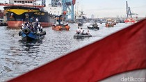 Aksi Para Prajurit TNI AL Bersihkan Laut di Utara Jakarta