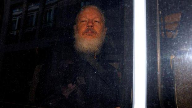 Penampilan terbaru Assange dengan berewok usai ditangkap di London