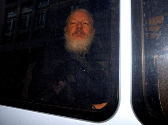 Founder WikiLeaks Julian Assange saat diamankan di London. (Foto: REUTERS/Peter Nicholls)