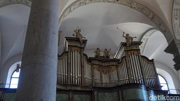 Di atas langit-langit gereja, terdapat alat musik organ. Meski usianya sudah sangat tua, alat musik ini masih bisa dimainkan lho. (Wahyu Setyo/detikcom)