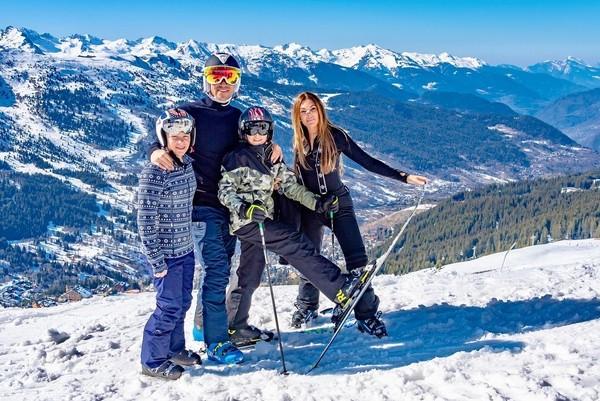 Sebelum main ski, John Terry sekeluarga foto bareng berlatarkan Pegunungan Alpen yang bersalju indah. (Instagram/@johnterry.26)