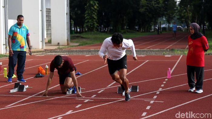 Atlet pelatnas atletik berlatih di Stadion Madya, Senayan. (Agung Pambudhy/detikSport)