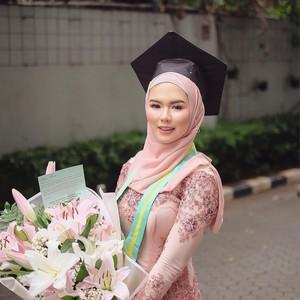 10 Rekomendasi Bahan Hijab yang Cocok untuk Wisuda