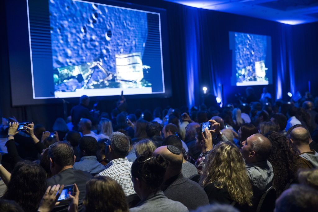 Tampak warga Israel antusias menyaksikan secara langsung live streaming.Jika berhasil, Beresheet juga akan menjadi misi pertama yang sukses menaklukan Bulan dengan dana dari pihak swasta. Foto: Reuters