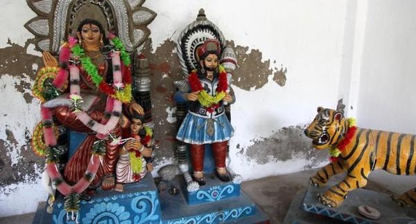 Satu hal yang menyatukan penduduk desa, berkah dari Bonbibi, Dewi Hutan. Selama berabad-abad, dewa yang dihormati ini dianggap telah melindungi orang India dan Bangladesh, Hindu dan Islam, kaya dan miskin sebelum menuju ke hutan (BBC Travel)