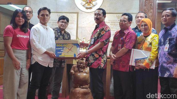 Indonesia Corruption Watch (ICW) mendesak Kementerian Dalam Negeri (Kemendagri) untuk segera memproses pemecatan aparatur sipil negara (ASN) yang berstatus terpidana korupsi.