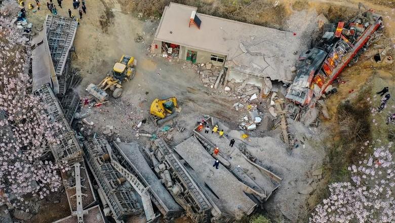 Kereta Kargo Anjlok dan Tabrak Rumah di China, 6 Orang Tewas