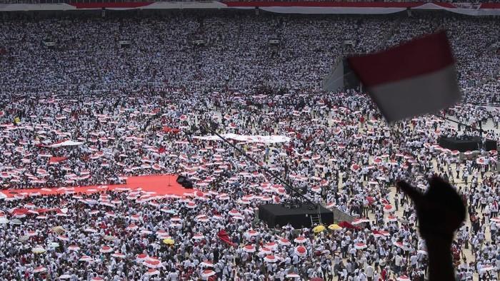 Massa pendukung Joko Widodo-Maruf Amin mulai memenuhi Stadion Utama GBK. (Foto: Antara Foto)