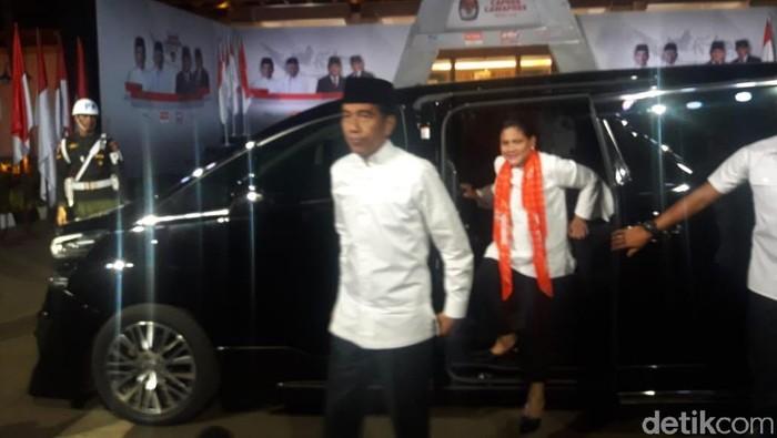 Jokowi tiba di Hotel Sultan, lokasi debat kelima Pilpres 2019 (Isal Mawardi/detikcom)